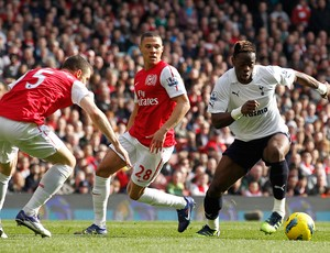 Thomas Vermaelen, Kieran Gibbs do Arsenal e Louis Saha do Tottenham (Foto: AFP)