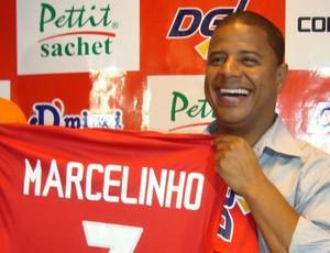 Marcelinho Carioca com a camisa do América de Rio Preto (Foto: Alan Schneider/GLOBOESPORTE.COM)