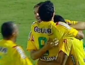 Henrique Dias é cumprimentado depois de marcar o primeiro gol do Mirassol contra o XV de Piracicaba (Foto: Reprodução)