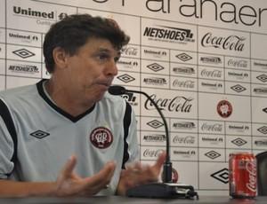 Juan Ramón Carrasco, técnico do Atlético-PR, em coletiva (Foto: Fernando Freire/GLOBOESPORTE.COM)