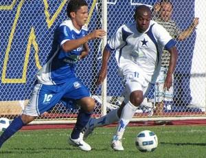 Fininho (de azul) é novo reforço do Penarol para a temporada 2012 (Foto: João Paulo Oliveira/Nacional)