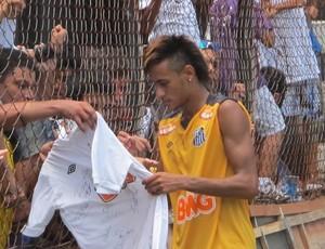 Neymar atende torcida treino (Foto: Marcelo Hazan / Globoesporte.com)
