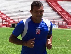 Ramires assinou contrato até o fim de 2013 com o Náutico (Foto: Pedro Costa)