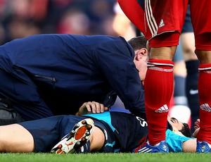 Mikel Arteta do Arsenal recebe atendimento na partida contra o Liverpool (Foto: Getty Images)