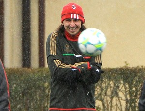 Ibrahimovic no treino do Milan (Foto: AFP)