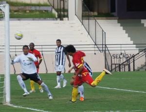 Luan marca o segundo do Atlético sobre a Barbarense (Foto: Eric Mantuan / GLOBOESPORTE.COM)