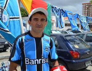 Torcedor gremista aderiu aos produtos (Foto: Thiago Barbosa/GLOBOESPORTE.COM)