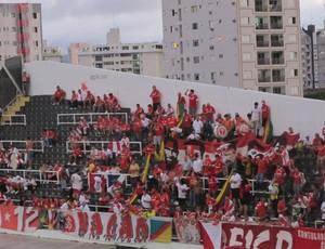 Torcida do Inter na Vila Belmiro Santos (Foto: Marcelo Hazan / globoesporte.com)