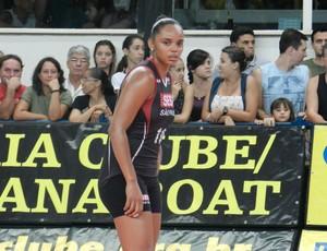 Sassá, jogadora do Sesi, durante partida contra o Praia Clube (Foto: Fabiano Rodrigues/GLOBOESPORTE.COM)