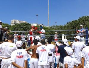 Rodrigo Minotauro luta conta jovem do projeto Luta pela Paz no Aterro do Flamengo (Foto: Leo Velasco / Globoesporte.com)