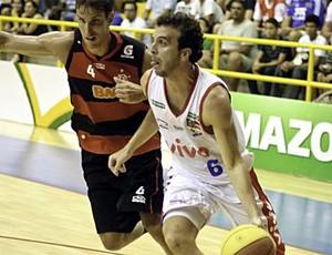 Fernando Penna do Franca enfrenta o ala Marcelinho pelo NBB (Foto: Newton Nogueira / Divulgação NBB)