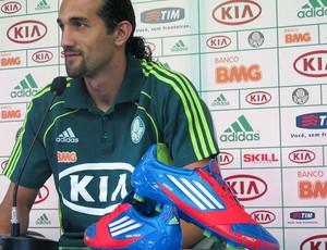 Barcos e chuteira personalizada com contagem de gols até alcançar os 27 (Foto: Daniel Romeu / Globoesporte.com)