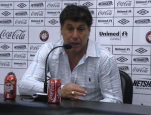 Juan Carrasco, técnico do Atlético-PR, em coletiva de imprensa (Foto: Fernando Freire/Globoesporte.com)