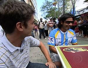 Josiel com Kiko Menezes no Centro de Macaé (Foto: TV Globo)