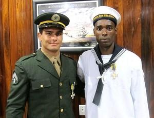 Leandro Guilheiro e Diogo Silva recebem a medalha de mérito desportivo (Foto: Márcio Iannacca / GLOBOESPORTE.COM)