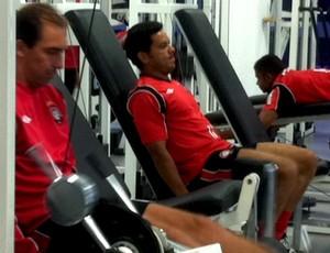 Titulares do Atlético-PR realizam treino regenerativo (Foto: Fernando Freire/GLOBOESPORTE.COM)