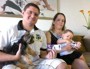 Thales Pontes, com a esposa Emanuela, o filho Marcel e o pequeno Tiquinho (Foto: Diego Morais / Globoesporte.com)