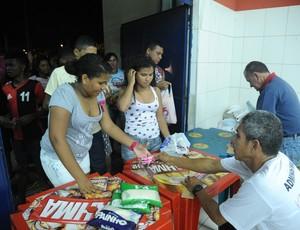 Troca de alimentos por ingressos no Ginásio Castelinho nos jogos do Maranhão Basquete, pela LBF (Foto: Divulgação/Biaman Prado/Maranhão Basquete)