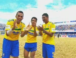 Jogadores da Seleção Brasileira de futebol de areia comemorando um gol (Foto: Reprodução / TV Globo)