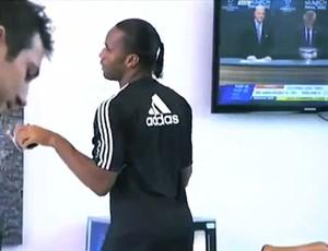 Drogba zuando sorteio da Liga dos Campeões (Foto: Reprodução / Youtube)