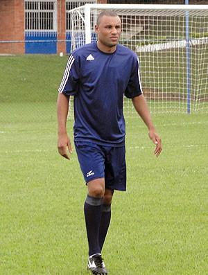 zagueiro MIcão joga bola na  Toca da Raposa do Cruzeiro (Foto: Fernando Martins / Globoesporte.com)