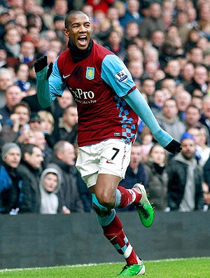 Ashley Young comemora gol do Aston Villa contra o Chelsea (Foto: Reuters)