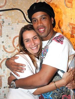 Ronaldinho assina contrato com o Flamengo