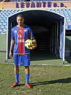 Wellington Silva com a camisa do levante (Foto: Divulgação)