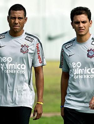 Luís Ramirez e Fábio Santos no treino do Corinthians  (Foto: Daniel Augusto Jr. / Ag. Estado)