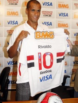 Rivaldo mostra a camisa 10 que vai usar no São Paulo
