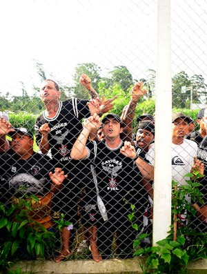 protesto corinthians torcida (Foto: Marcos Ribolli/ GLOBOESPORTE.COM)