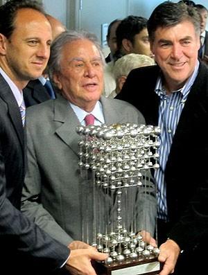 Juvenal Juvêncio, presidente São Paulo, entre Rogério Ceni e Zetti com a taça das Bolinhas (Foto: Julyana Travaglia / GLOBOESPORTE.COM)