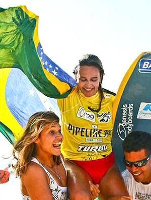 Neymara Carvalho comemora título do Pipeline Pro  (Foto: Sascha Specker / IBA )