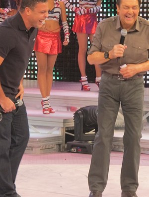 Ronaldo e Faustão rindo durante o programa (Foto: Marcos Olinda /GLOBOESPORTE.COM)