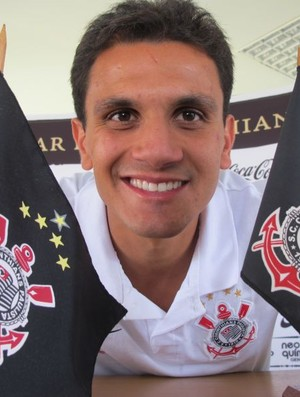 Fábio Santos Bandeiras Corinthians (Foto: Leandro Canônico/GLOBOESPORTE.COM)