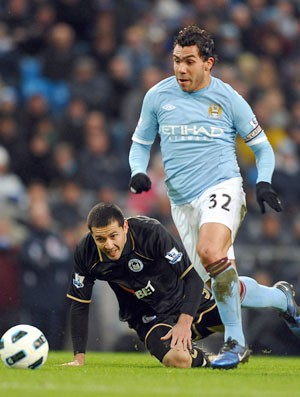 Manchester City Carlos Tevez e Wigan Athletic (Foto: AFP)
