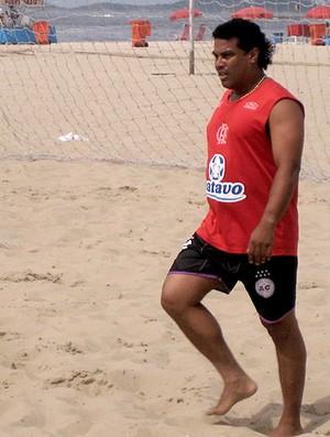Assis camisa Flamengo treino Beach Soccer  (Foto: Lucas Loos / Globoesporte.com)