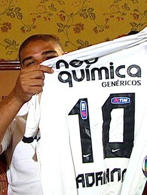 FRAME Adriano exibe a camisa 10 do Corinthians (Foto: Reprodução / TV Globo)