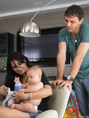 ESPECIAl Montillo cruzeiro esposa ao lado do filho santino (Foto: Valeska Silva / Globoesporte.com)