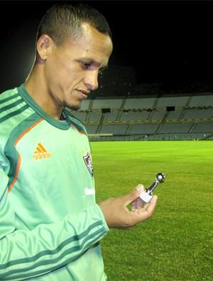 Souza fluminense observa pequena taça da Libertadores (Foto: Cahê Mota / Globoesporte.com)