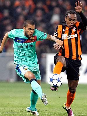 Daniel Alves na partida do Barcelona contra o Shakhtar (Foto: AP)