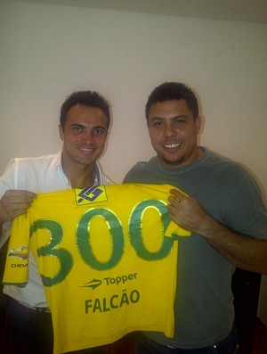 Falcão e Ronaldo juntos (Foto: Reprodução do Twitter)