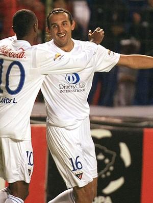Hernán Barcos comemora gol da LDU contra o Godoy Cruz na Libertadores (Foto: AP)