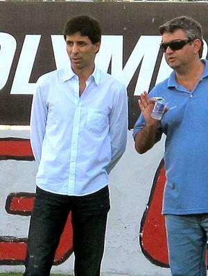 Mauro Galvão, dirigente do Avaí, observa o treino (Foto: Richard Fausto / GLOBOESPORTE.COM)
