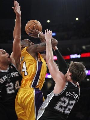 Kobe Bryant e Tiago Splitter (Foto: AP)