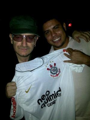 Bono Vox e Ronaldo com camisa do Corinthians (Foto: Reprodução/Twitter)