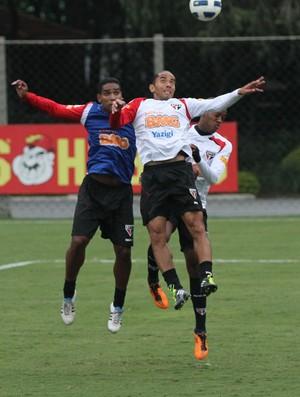 Carlinhos Paraíba em lance do treino no CT (Foto: Luiz Pires / VIPCOMM)