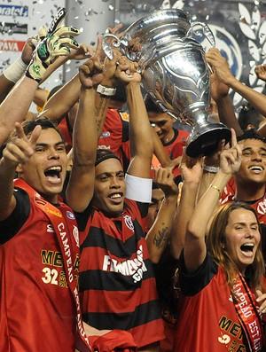 ronaldinho gaucho patricia amorim flamengo troféu taça rio (Foto: André Durão / Globoesporte.com)