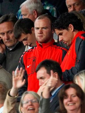 Rooney na torcida do Manchester United contra o Schalke (Foto: Reuters)