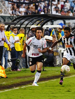 Willian, do Corinthians, disputa com Alex Sandro, do Santos (Foto: Marcos Ribolli / Globoesporte.com)